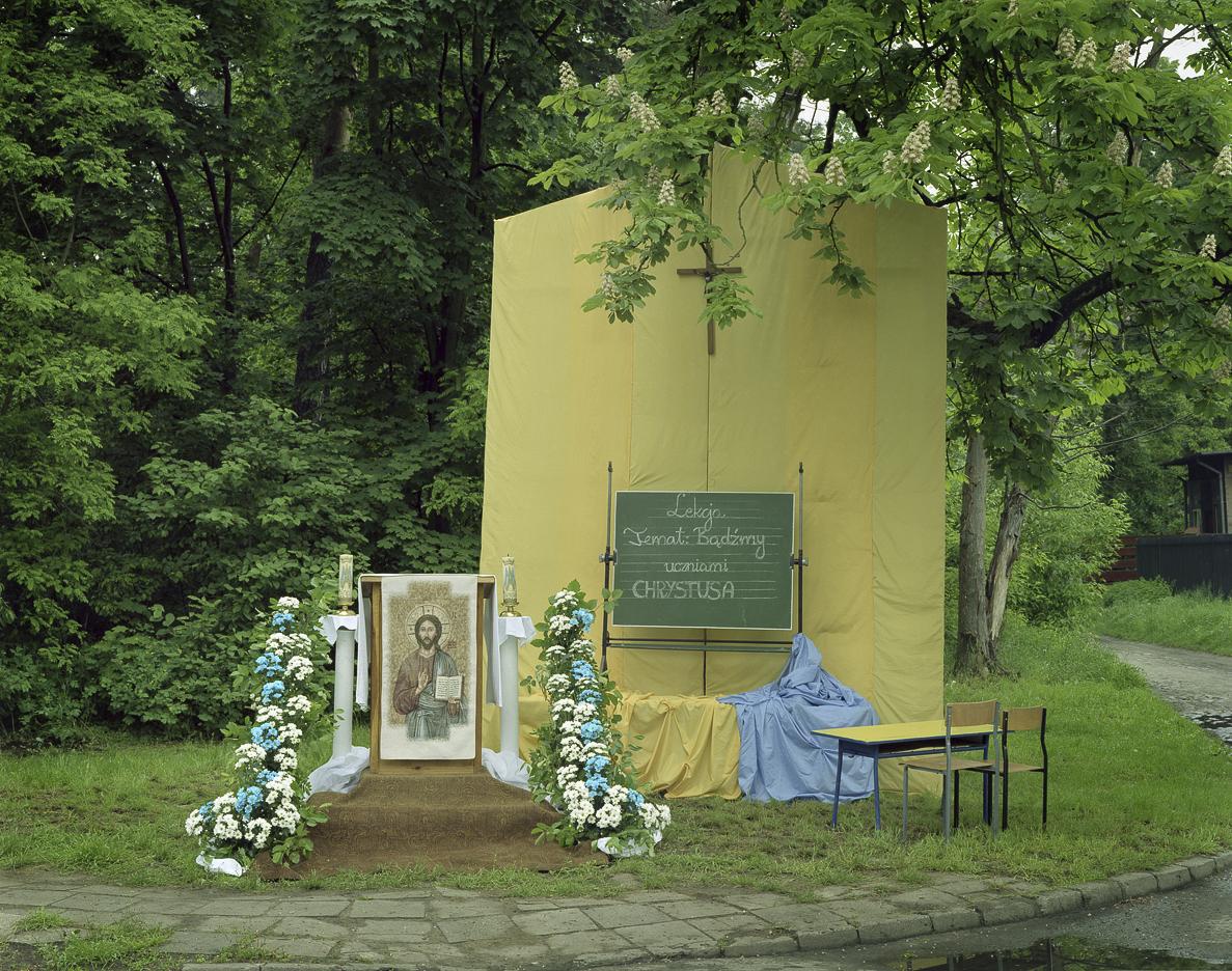 Jeden dzieńw roku - cykl fotografii ołtarzy procesji Bożego Ciała w Polsce